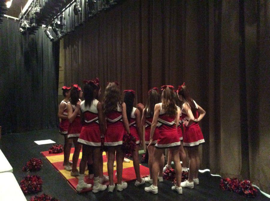 The+cheerleaders+getting+ready+for+their+big+performance+